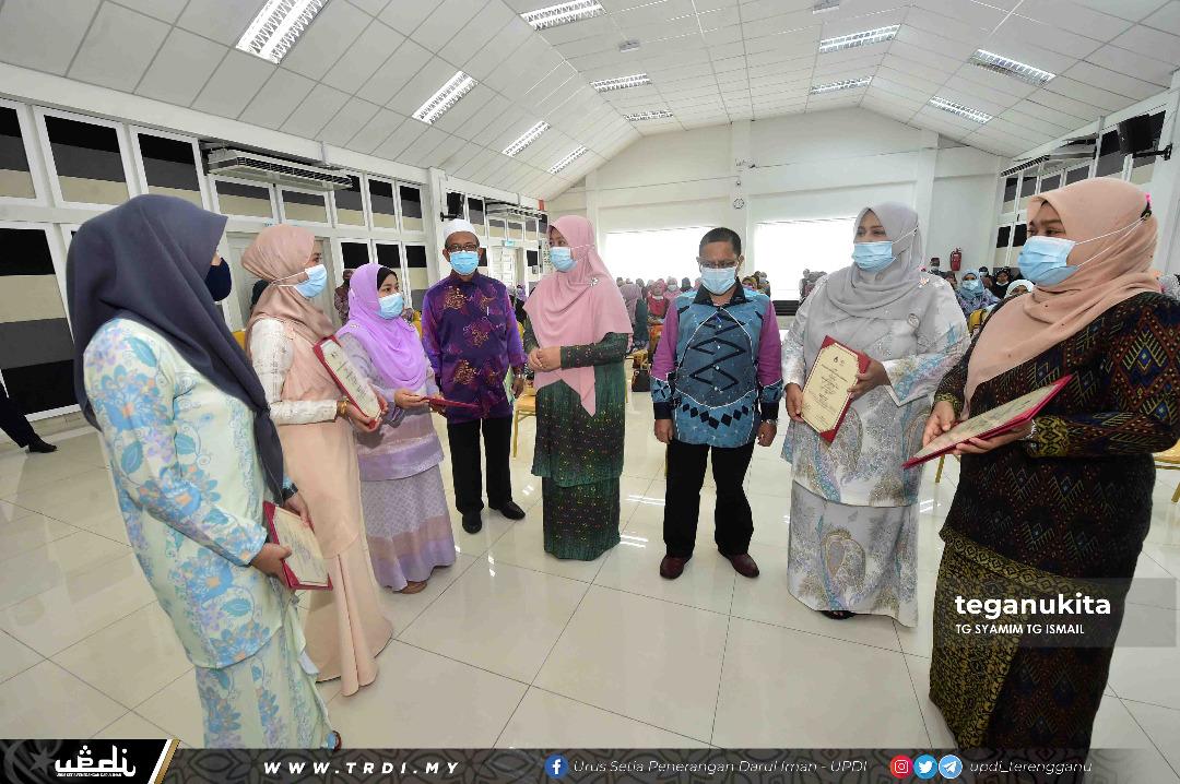 Lima peserta yang menerima APC beramah mesra dengan ADUN Wanita, Zuraida