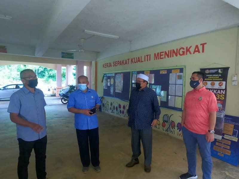 Pegawai Daerah Setiu Tuan Haji Rosli Latif berbincang bersama Ahli Parlimen Setiu YB Tuan Shaharizukir5nain Abd Kadir