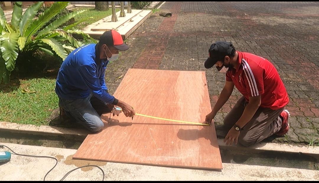 Pemasangan 'plywood' bagi laluam keruso roda oleh kakitangan Majlis Daerah Setiu